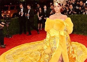 蕾哈娜蛋餅裝的設計師郭培超紅 金線禮服吸蘇富比合作  原文網址: 蕾哈娜蛋餅裝的設計師郭培超紅 金線禮服吸蘇富比合作